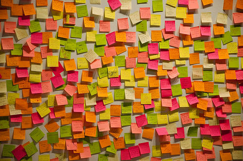 post-it notes pink and green